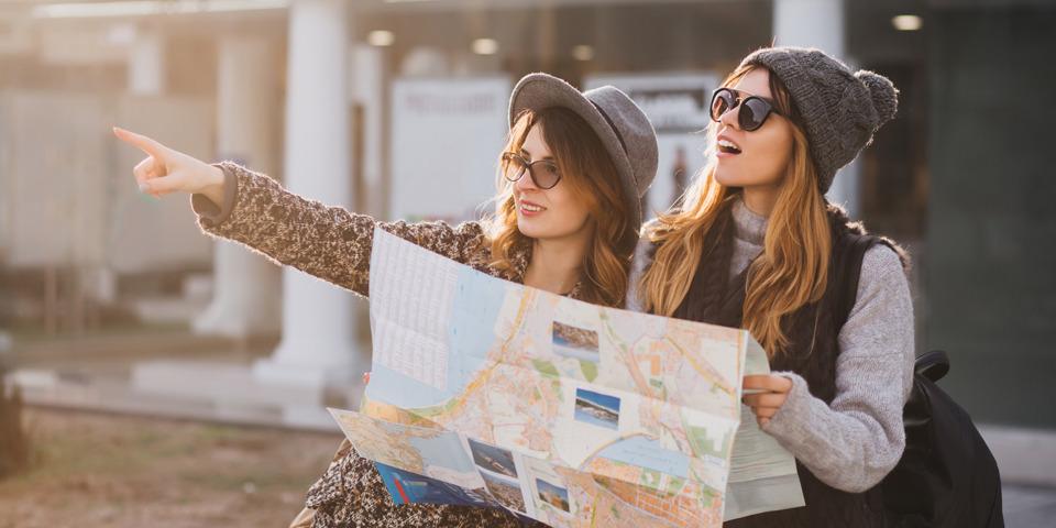 Due ragazze che viaggiano dopo la laurea
