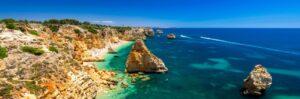 Praia da Marinha, spiaggia e mare suggestivi fra le grandi scogliere dell'Algarve