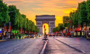 L'ora del tramonto sull'Arco di Trionfo e gli Champs-Élysées