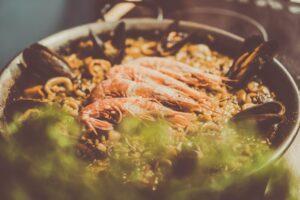 La paella con pesce e frutti di mare, il piatto principe della cucina spagnola